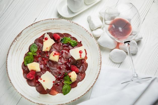Kalbscarpaccio mit parmesan und granatapfelsauce