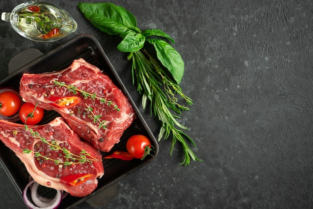 Kalbsknochen-queue-ball auf der grillpfanne mit gemüse, kräutern und olivenöl