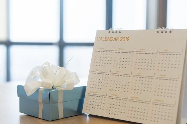 Kalender 2019 auf schreibtisch mit blauem gif-kasten für spezielles tageskonzept