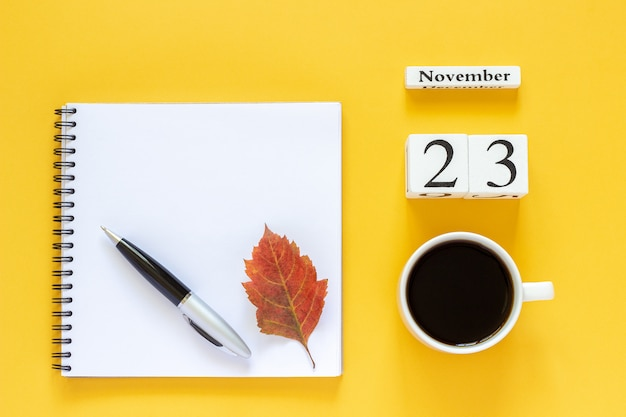 Kalender 23. november und eine tasse kaffee