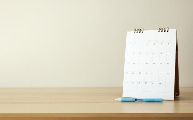 Kalender auf holztabellenhintergrund