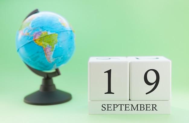 Kalender aus holz mit 19 tag des monats september