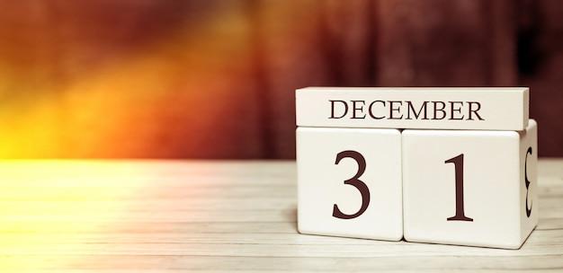Kalender erinnerung event-konzept. holzwürfel mit zahlen und monat am 31. dezember