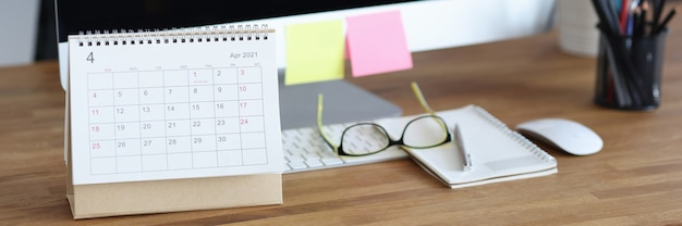 Kalender für april ist auf dem desktop-konzept für die tägliche geschäftsplanung
