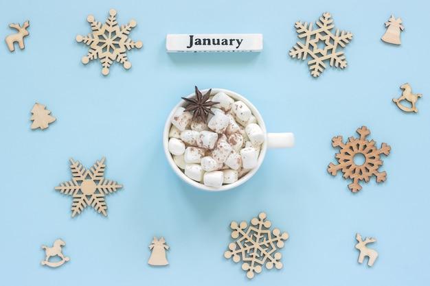 Kalender januar mug kakaomarshmallows und große hölzerne schneeflocken