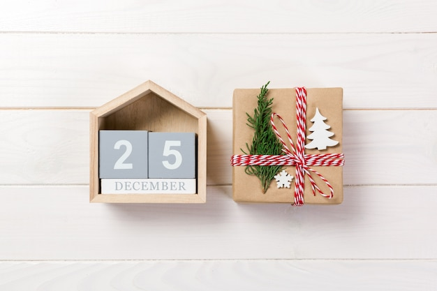 Kalender mit datum 25. dezember und geschenkboxen. weihnachtskonzept