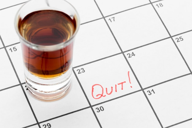 Kalender mit datum für das aufhören, alkohol zu trinken