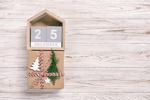 Kalender mit datum und geschenkbox