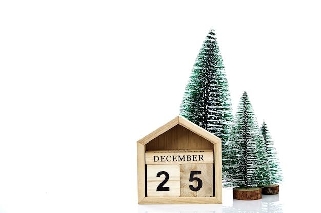 Kalender mit dem datum von weihnachten auf weißer wand