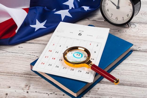 Kalender mit juli-monat auf amerikanischer flagge