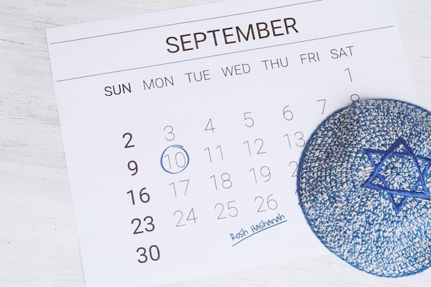 Kalender mit kippa. rosch haschana, jüdisches neues jahrkonzept.