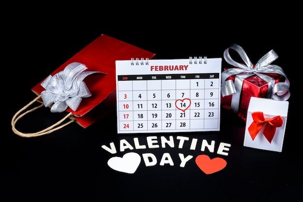 Kalender mit roter hand geschriebener herzhöhepunkt am 14. februar des heiligen valentines tages