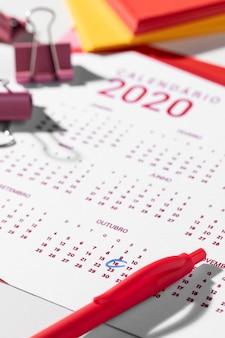Kalender, ordnerclips und stift