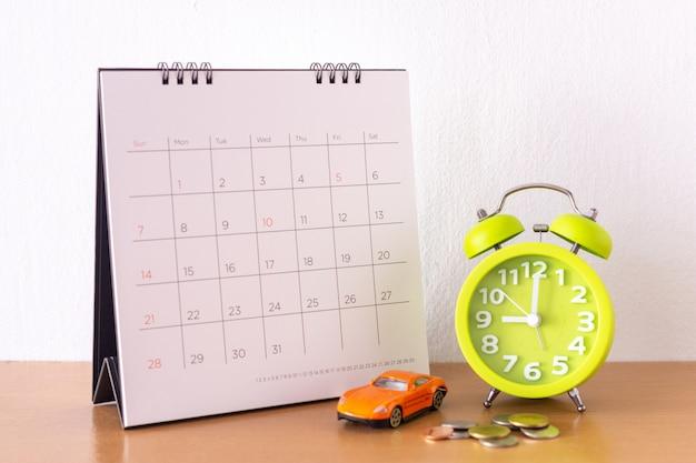 Kalender und auto auf dem tisch. tag des kaufs oder verkaufs eines autos oder der zahlung für miete oder darlehen oder reparatur