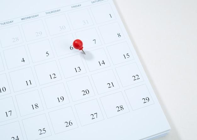 Kalender und rote reißzwecke am 14. februar