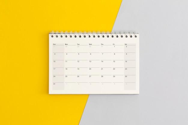 Kalenderseite auf farbigem hintergrund. geschäftliche planung