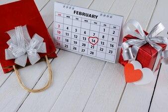 Kalenderseite mit einem roten Handherzhöhepunkt am 14. Februar des Heiligen Valentines Tages
