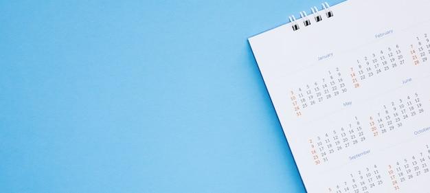 Kalenderseite nahaufnahme auf blauem hintergrund geschäftsplanungstermin meeting-konzept