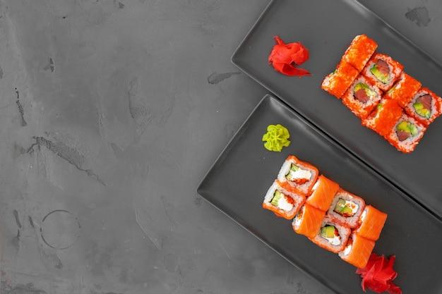 Kalifornien-sushi-rolle diente auf grauer hintergrundoberansicht