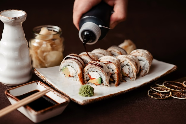 Kalifornische sushi-rolle mit aal und sauce