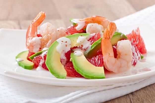 Kalifornischer salat - eine mischung aus avocado, grapefruit und garnelen, gewürzt mit cayennepfeffer-joghurt
