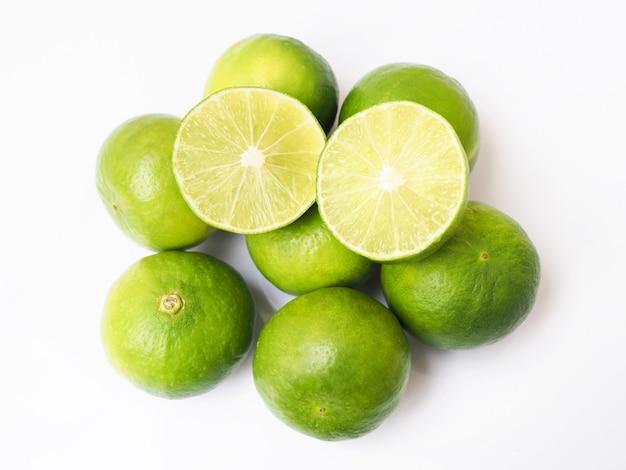 Kalk zitrusfrüchte in scheiben geschnitten oder grüne zitrone obst isoliert auf weiße fläche.