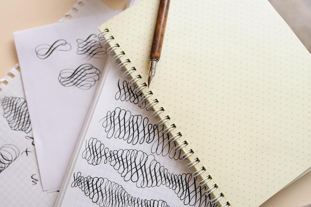 Kalligraphisch gedeiht im album und stift auf dem tisch