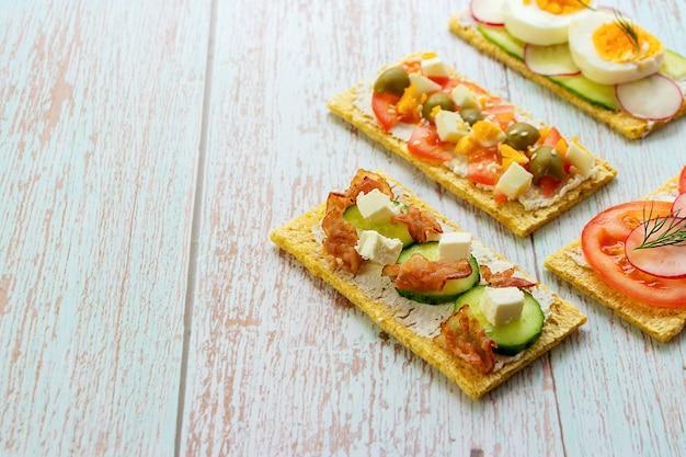 Kalorienarme snacks auf holzhintergrund mit platz für textvorderansicht