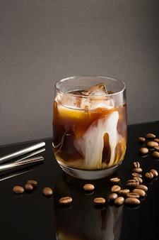 Kalt gebrühten kaffee mit milch im glasgetränk