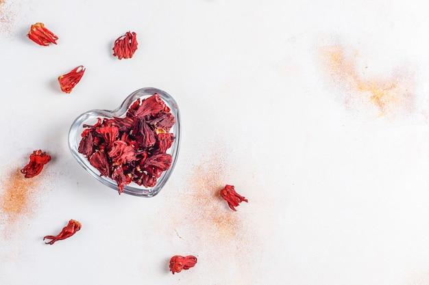 Kalt gebrühter hibiskus-tee mit eis und basilikumblättern.