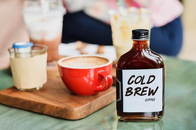 Kalt gebrühter kaffee in einer glasflasche zum mitnehmen