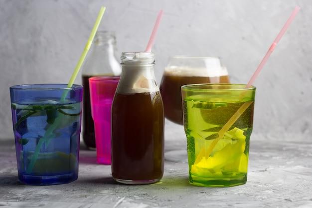 Kalte cocktails des sommers, gefrorenes coffe, steinhintergrund