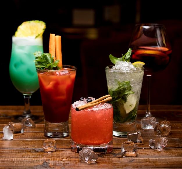 Kalte cocktails in verschiedenen farben auf dem tisch