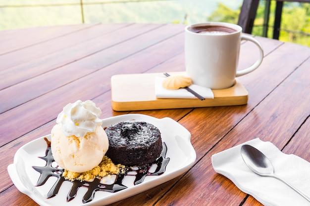 Kalte eiscreme serviert mit einem leckeren kuchen und kaffee.