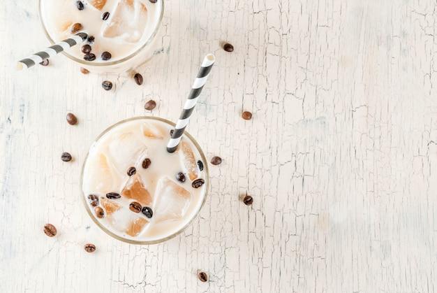 Kalte eiskaffee-frappe mit milch und eiswürfeln