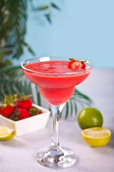 Kalte erdbeer-margarita oder daiquiri-cocktail mit limette und rum