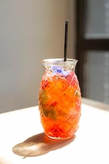 Kalte erdbeerlimonade im glas auf holztisch. erfrischendes sommergetränk. erdbeermojito