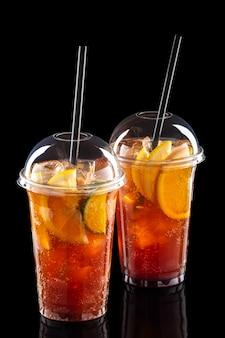 Kalte erfrischende cocktails im mitnahmeglas