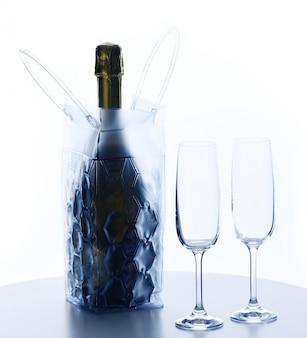 Kalte flasche champagner mit gläsern