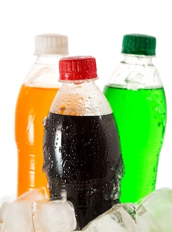 Kalte flaschen soda in eis