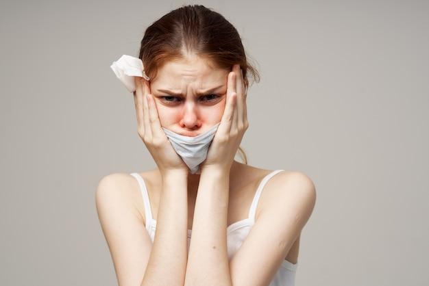 Kalte frau, die medizinische maskeninfektionsgesundheitsprobleme trägt.