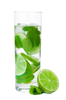Kalte frische limonade. isoliert auf weiss mit beschneidungspfad