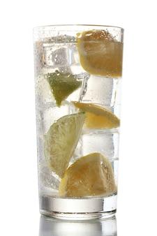 Kalte frische limonade isoliert auf weißer oberfläche