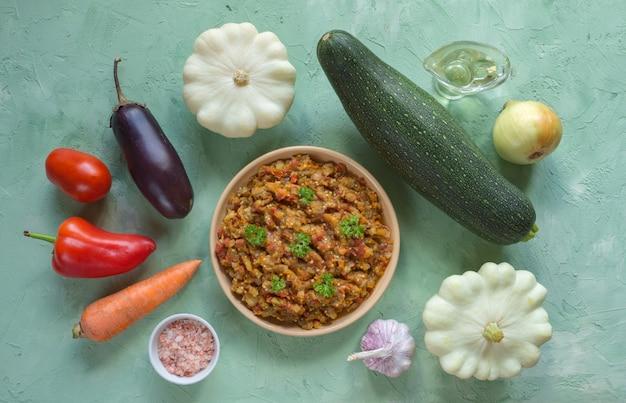 Kalte gemüse vorspeise. eintopf aus auberginen, kürbis und gemüse.