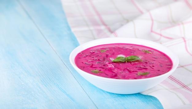 Kalte gemüsesuppe mit rote-bete-wurzeln und naturjoghurt
