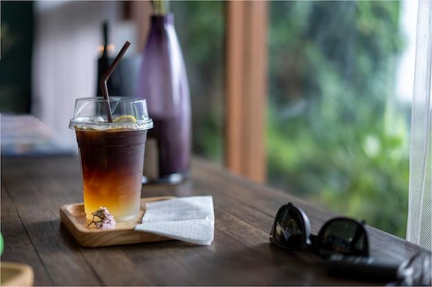 Kalte getränke des schwarzen kaffees gesetzt auf einen holztisch