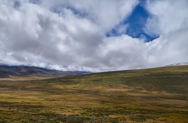 Kalte herbstlandschaft in sibirien, der beginn des winters
