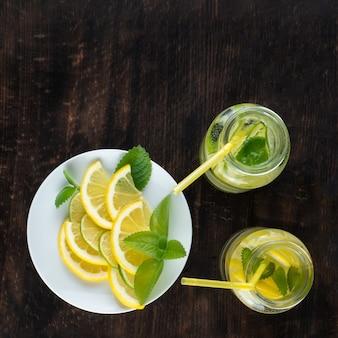 Kalte limonade mit eis auf hölzernem hintergrund