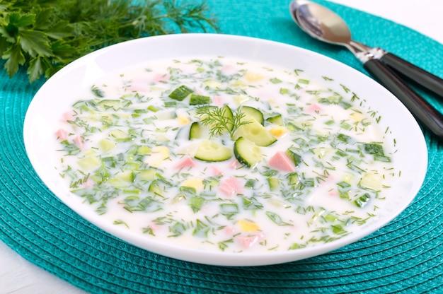 Kalte sommersuppe okroshka. leichte suppe in einer weißen schüssel.