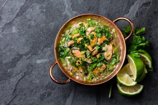 Kalte suppe mit meeresfrüchten und zitrone